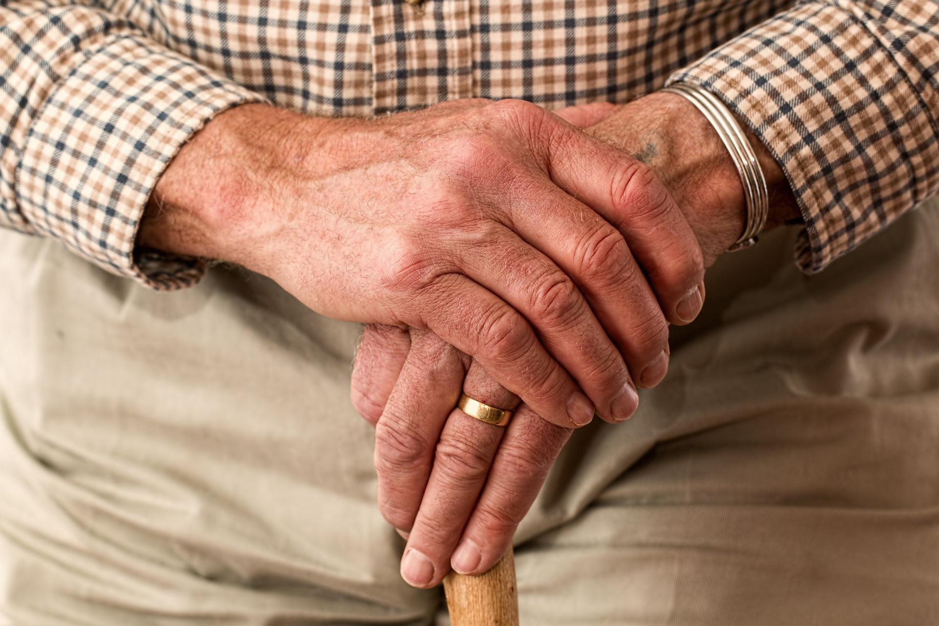 ¿Cómo levantar a una persona mayor?